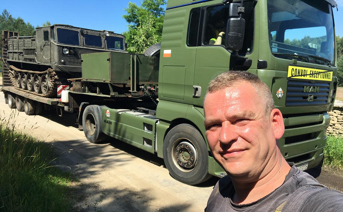 Transport niskopodwoziowy, pojazd gąsienicowy na naczepie.